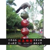 玻璃钢彩绘仿真卡通动物乌鸦啄木鸟在苹果上栖息雕塑公园装饰摆件
